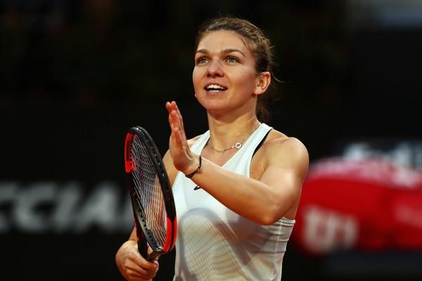 Simona Halep applauds the supportive crowd after the win | Photo: Dean Mouhtaropoulos/Getty Images Europe