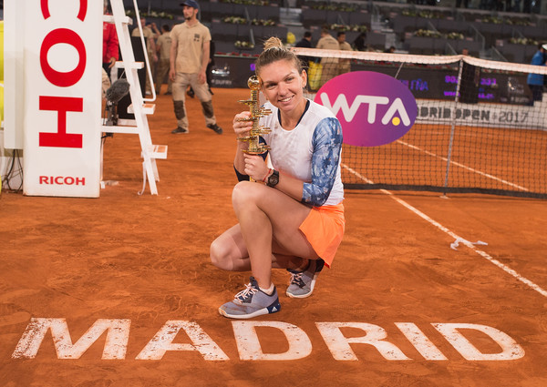 Simona Halep poses along with her trophy in Madrid | Photo: Denis Doyle/Getty Images Europe