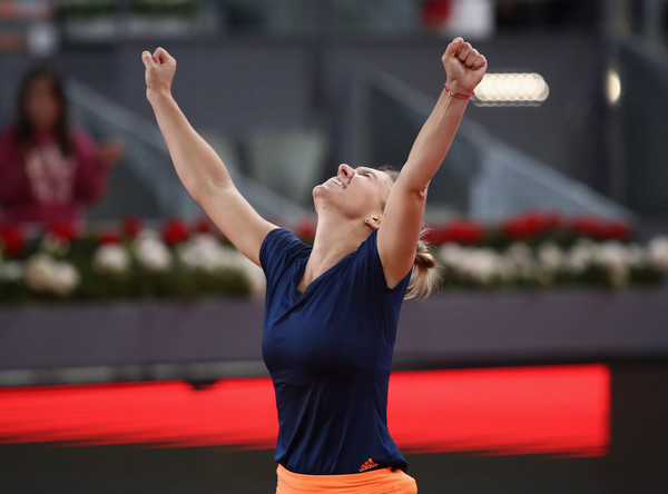 Simona Halep raises her hands in delight after sealing the title | Photo: Julian Finney/Getty Images Europe