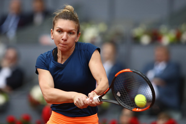 Simona Halep narrowly escaped from the brink during the first set, and ultimately claimed it 7-5 | Photo: Julian Finney/Getty Images Europe