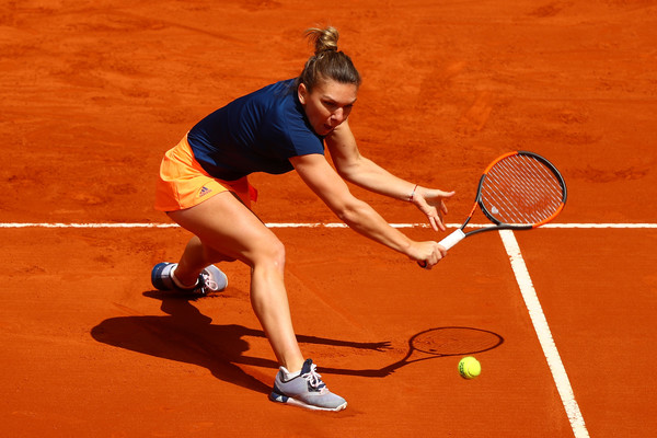 Simona Halep hits a backhand volley | Photo: Clive Rose/Getty Images Europe