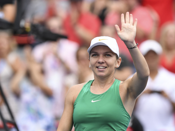 Simona Halep applauds the supportive crowd after the win | Photo: Minas Panagiotakis/Getty Images North America