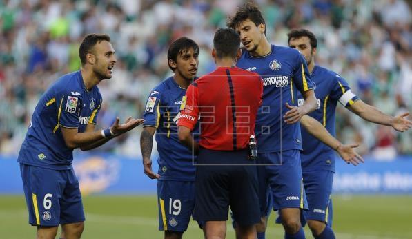 Jugadores del Getafe protestan una decisión arbitral en el Benito Villamarín. Fuente: EFE