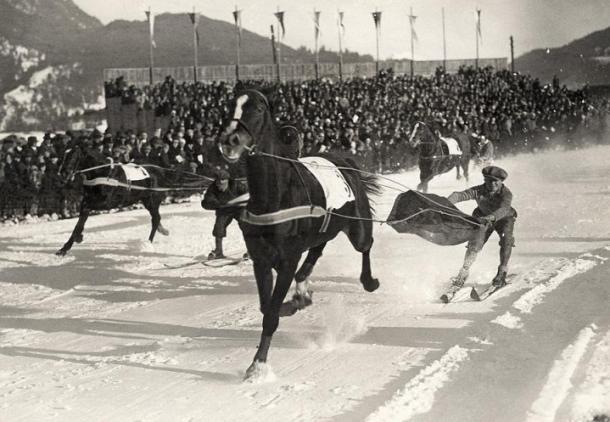 Skijoring con Caballos en Sankt-Moritz 1928 (No Restrictions / Wikipedia).