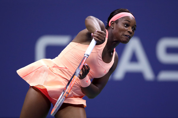 Sloane Stephens serves during the match | Photo: Matthew Stockman/Getty Images North America