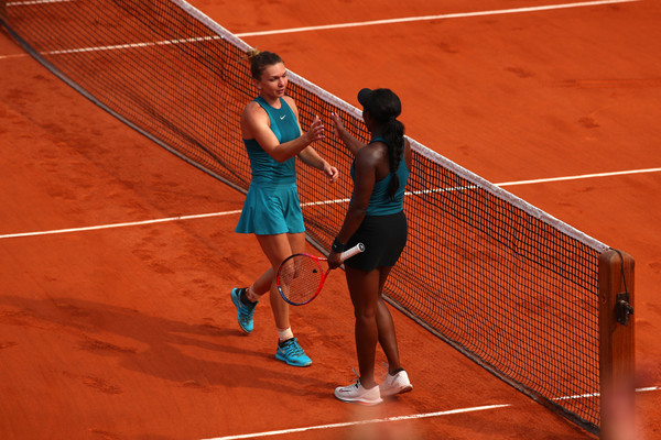 Sportsmanship on display: Stephens crosses over the net to congratulate Halep on the win | Photo: Clive Brunskill/Getty Images Europe