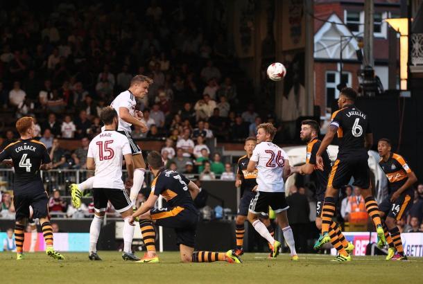 Momento em que Smith sobe para marcar primeiro gol da temporada (Foto: Divulgação/Fulham FC)