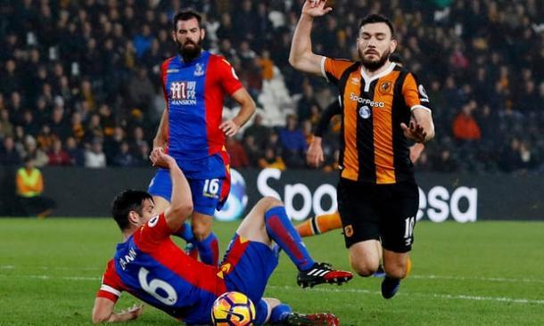 O lance em que Robert Snodgrass, do Hull City, teria simulado um pênalti contra o Crystal Palace na última temporada (Foto: Lee Smith/Reuters)