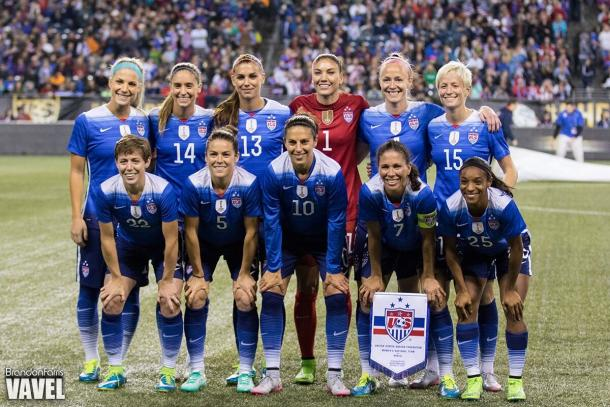 Hope Solo (center, in red) with the US Women's national team prior to kickoff at CenturyLink Field in Seattle, WA during the 2015 Victory Tour | Source: Brandon Farris - VAVEL USA