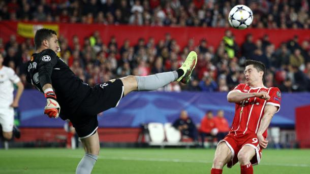 Soria despeja ante Lewandowski. | UEFA.com