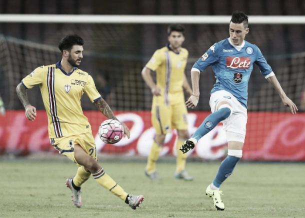 Soriano (à esq.) em partida contra o Napoli (Foto: