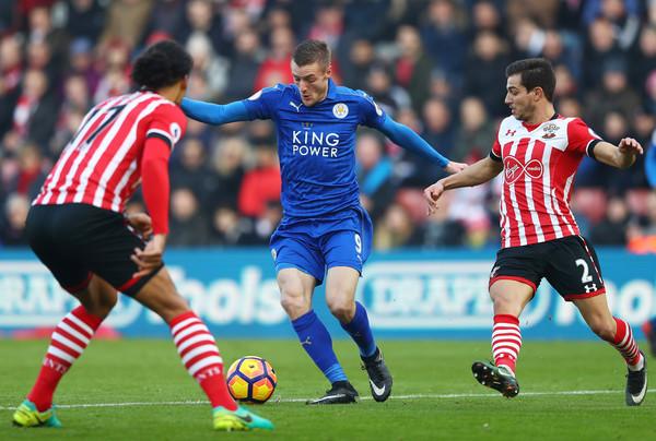 Vardy entre defensas Saints. Foto: Getty Images