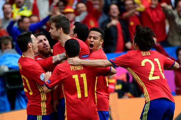 La Spagna festeggia un gol, europacalcio.it