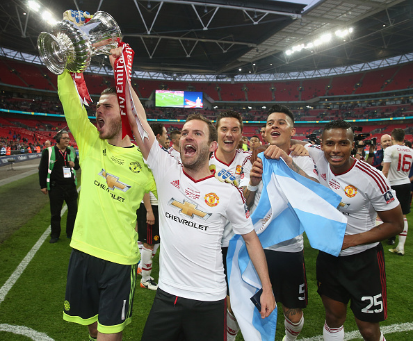 De Gea celebrates the Cup win with Juan Mata | Photo: Matthew Peters/Manchester United