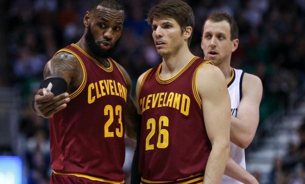 LeBron James e Kyle Korver. Fonte Immagine: Cleveland.com