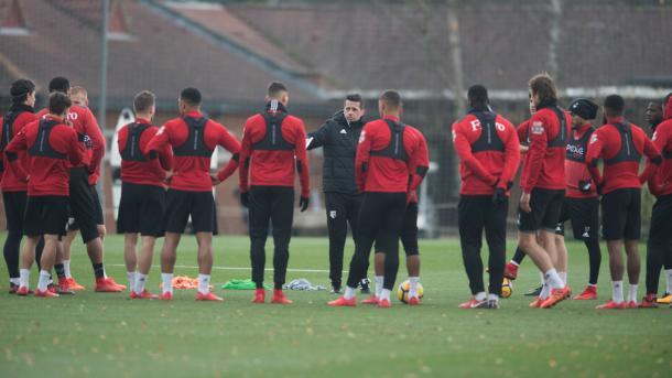 Silva dialogando con sus dirigidos de cara al choque ante los Magpies   Foto: Watford.