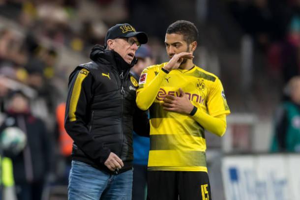 Peter Stöger instruindo Jeremy Toljan, na partida diante do Mainz 05 (Foto: