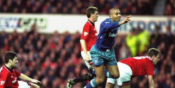 Collymore anotando un gol en Old Trafford. Foto: Seapicth