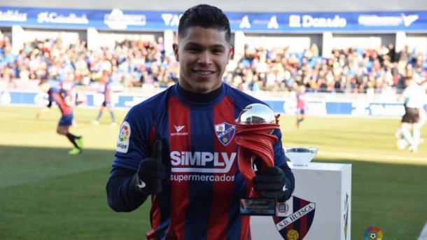 El Cucho Hernández con el trofeo al mejor jugador del mes de Segunda División | Fuente: LaLiga