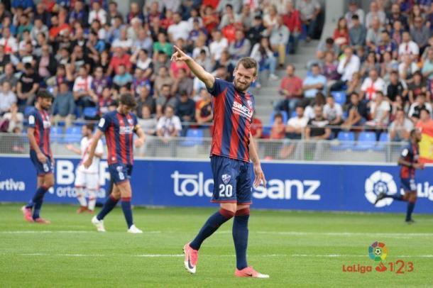 Rajko Brezancic disputando un partido con la SD Huesca ante el Rayo Vallecano | Fuente: LaLiga