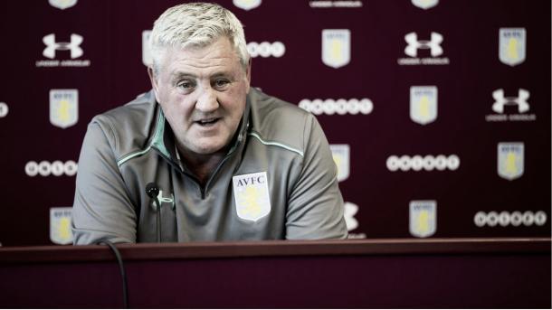 Steve Bruce en rueda de prensa. Foto: Aston Villa.