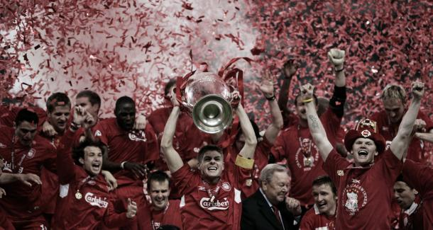 Steven Gerrard lifts the European Cup in 2005 following an incredible run in the competition (image: istanbulandback.wordpress.com)