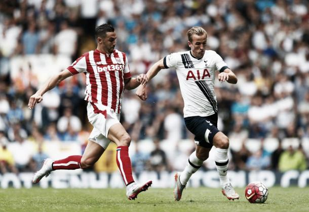 Geoff Cameron chases Harry Kane earlier on in the season. | Photo: Julian Ferry/Getty Images.