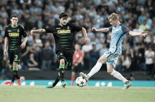De Bruyne y Strobl pugnan por un balón en el partido de la primera vuelta | Fuente: Borussia Mönchengladbach