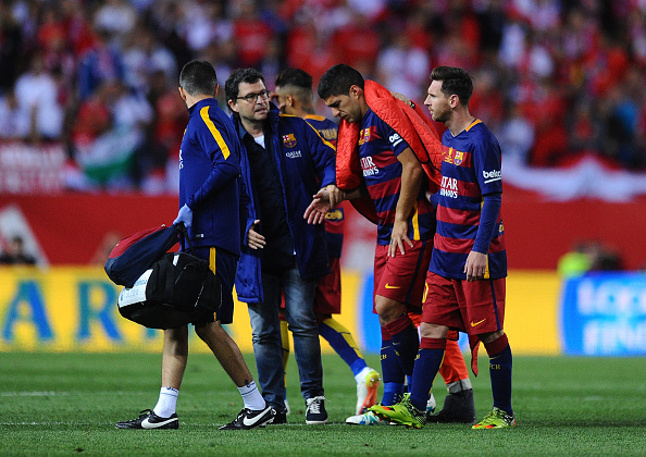 Luis Suarez limps off the field during the Copa Del Rey Final. | Photo: Getty Images