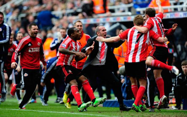 The Sunderland bench celebrate wildly during their emphatic away win. (Photo: Caught Offside)