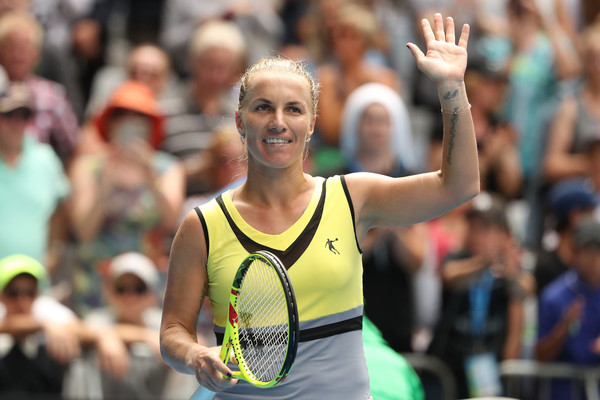 Svetlana Kuznetsova applauds the crowd at the Australian Open | Photo: Scott Barbour/Getty Images AsiaPac
