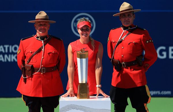 Svitolina poses with the trophy and two member of the Royal Canadian Mounted Police, aka: the Mounties. Photo: Vaughn Ridley/Getty Images