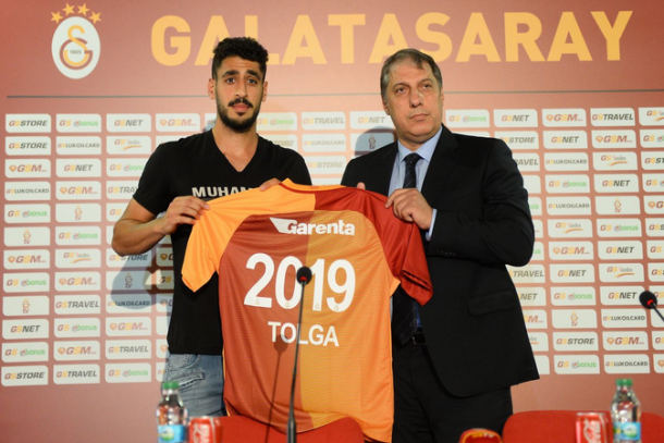 Tolga Cigerci pictured with his new shirt after being officially unveiled as a Galatasaray SK player. | Image source: Elbe Express