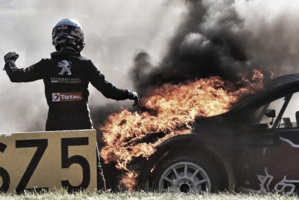 Timmy Hansen viu seu carro pegar fogo e teve tempo de voltar à pista com ele | Foto: Divulgação/FIA World Rallycross