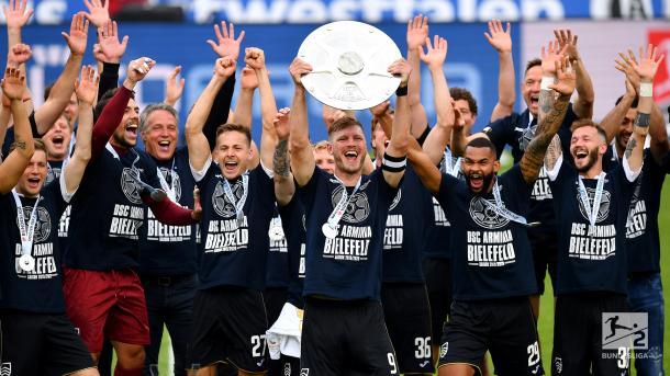 Luego de 21 años, Arminia Bielefeld es nuevamente campeón de la 2.Bundesliga / Foto: @Bundesliga_DE