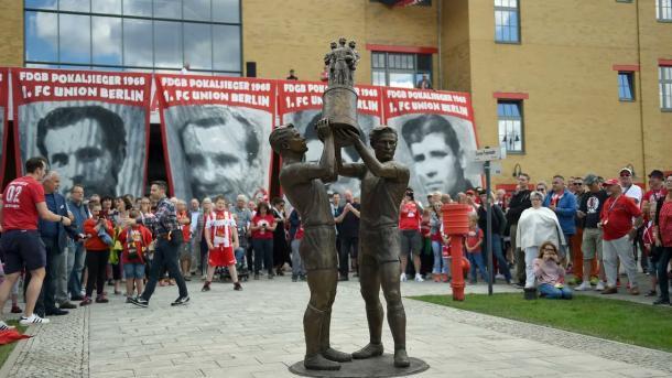 Escultura dos capitães do Union Berlin que ergueram o troféu da Copa da Alemanha Oriental (Foto: Reprodução / Union Berlin)