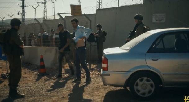 El protagonista de la película pasando por un control israelí. Imagen obtenida del tráiler de la película