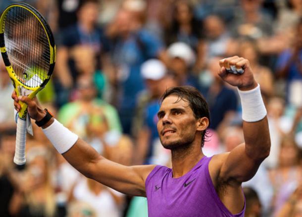 El español levanta la raqueta y saluda a la gente festejando su triunfo  Foto: Tennis Tonic