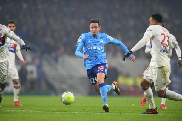 Florian Thauvin conduce el balón ante sus rivales. FOTO: Página oficial del Olympique de Lyon