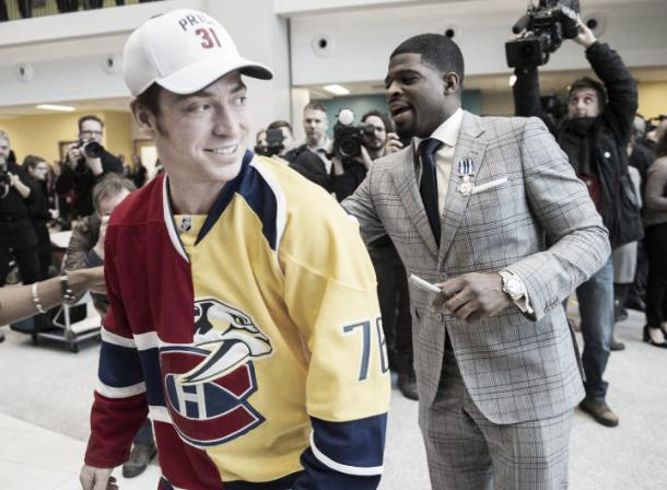Subban autografiando la camiseta de un fan con sus dos equipos | Foto: The Canadian Press