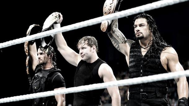 Dean Ambrose en medio junto a Rollins y Reigns