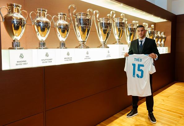 Theo ao lado das 12 conquistas de UCL do seu novo clube | Foto: Angel Martínez/Getty Images