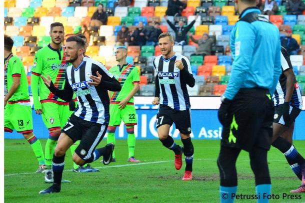Thereau esulta dopo il gol all'andata contro il Crotone. Fonte: https://www.facebook.com/UdineseCalcio1896
