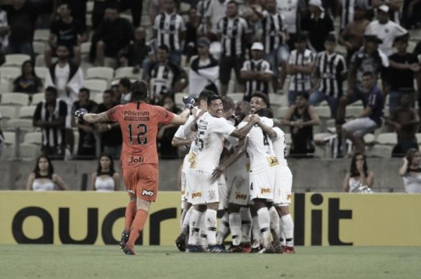Jogadores do Corinthians comemoram o gol de Vagner Love, o segundo do Timão na partida. (Foto: Thiago Gadelha / Reprodução)