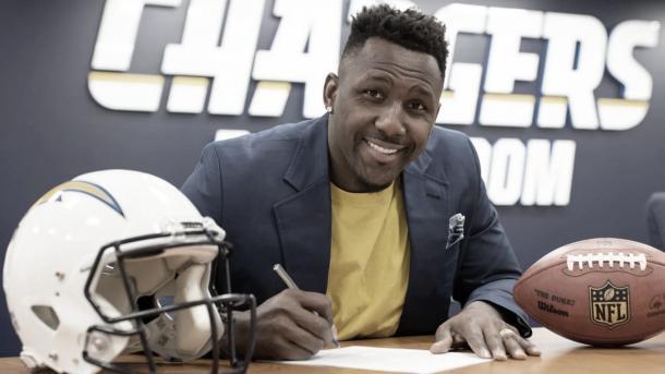 Refuerzo de lujo. Thomas firmó con los Chargers tras 14 años en los Panthers (Imagen: Chargers.com)