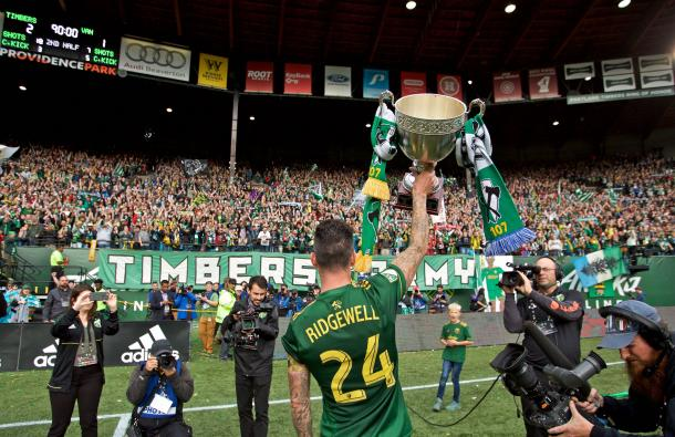 Ridgewell ofrece la Cascadia Cup a la Timbers Army (timbers.com)