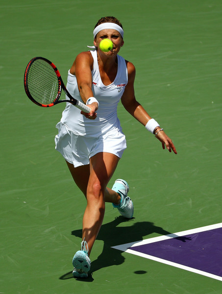 Timea Bacsinszky running for a forehand. | Photo: Mike Ehrmann/Getty Images