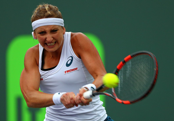 Timea Bacsinszky striking a backhand at the 2016 Miami Open. | Photo: Mike Ehrmann/Getty Images