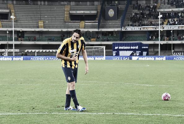 Luca Toni agradece os aplausos dos torcedores (Foto: Giuseppe Cacace/AFP)