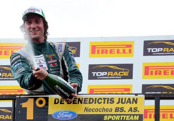 Johnnito festejando en el podio un triunfo. Imagen Web.